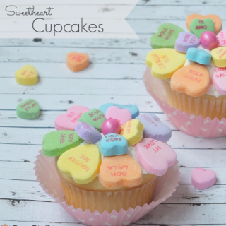 Valentine's day sweetheart conversation heart cupcake, easy Valentine's day dessert treat cupcake, cute candy Valentine's Day cupcake, fun food for kids, easy and fun Valentine's day party classroom ideas, cute food