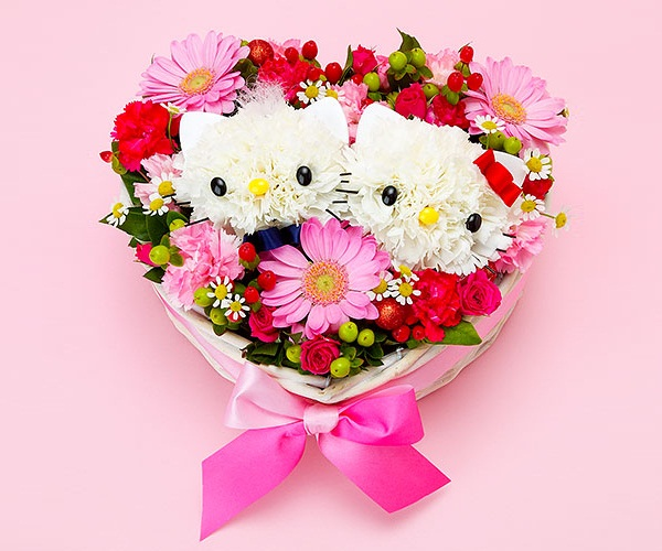 Hello Kitty flower heart centerpiece, Valentine's Day Hello Kitty decoration, Hello Kitty Valentine's day flower bouquet, cute Valentine's day craft ideas, fun and easy Valentine's day party decorations