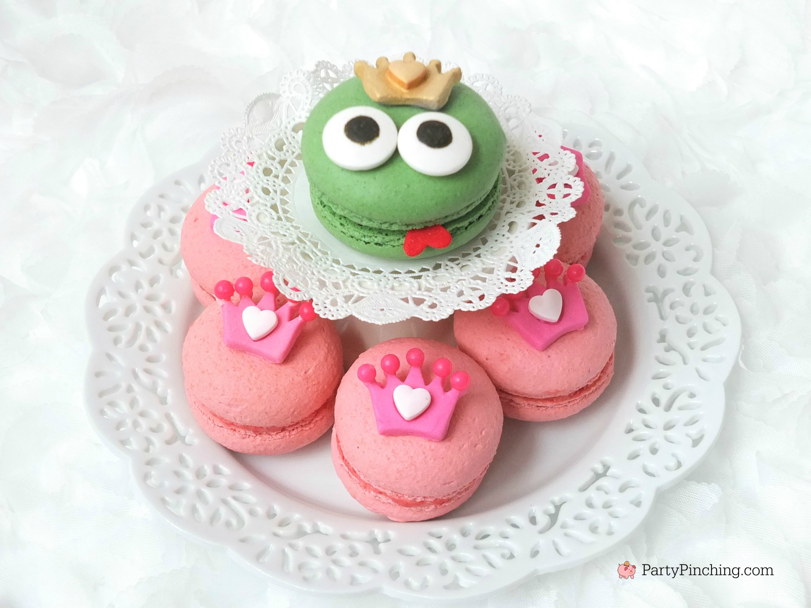 princess and frog macarons, cute macarons, princess party food ideas, cute desserts for pink girl party, princess party ideas, adorable dessert ideas, sweet treats, cute food, fun food for kids, cute decorated cookies