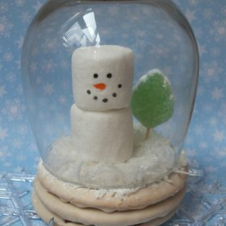 Snow globe moon pie, Christmas treat for kids, fun food, Christmas winter snowman marshmallow craft, cute food, easy dessert treat ideas for Christmas